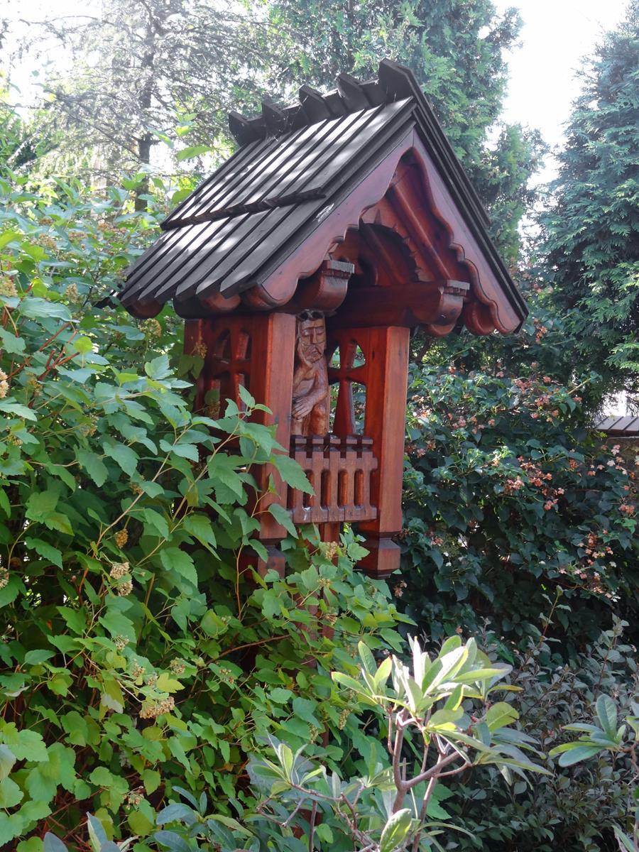 kapliczka z drewna kapliczki przy drodze